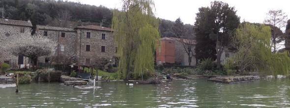 La rive habitée de l'Isola Maggiore, côté sud.