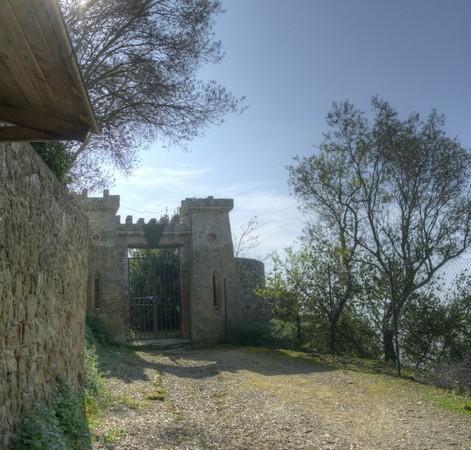 Au croisement de la via Tre Martiri et de la strada di San Michele Arcangelo, on peut voir une des poternes d'accès à la Villa Guglielmi.