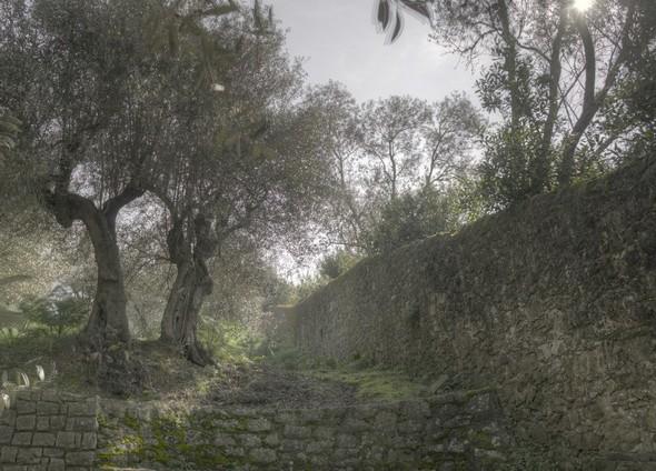 Au début de la strada di San Michele Arcangelo, on voit à droite la muraille d'enceinte de la Villa Guglielmi.