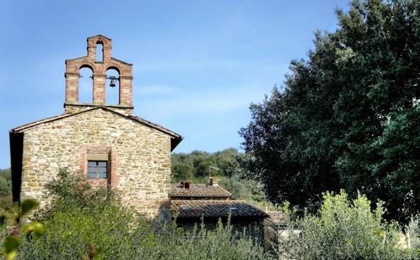 Deuxième vue arrière avec, à droite, des frondaisons des arbres de la piazzetta San Francesco, où débarquent les visiteurs.