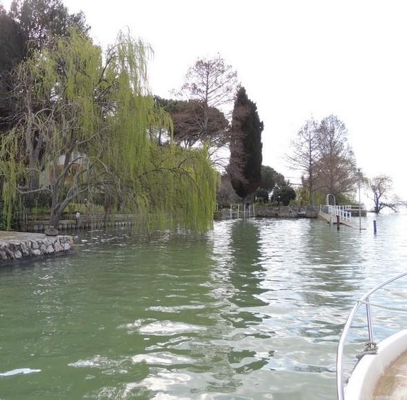 Arrivée en bateau à l'entrée de notre darse privée gorgée des eaux du lac au point que sa digue semble sur le point de plonger telle un sous-marin (à droite de la photo).