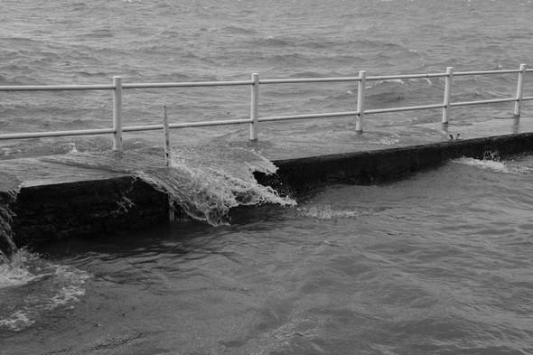 Les vagues balaient sans discontinuer le quai de notre darse privée, nous forçant à amarrer notre bateau de l'autre côté, au bord du jardin.