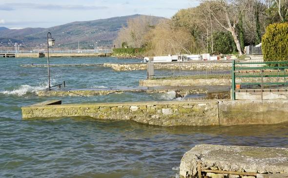 Ensuite, une succession de débarcadères privés jusqu'à celui de L'Oso (on aperçoit au fond le bateau de ce restaurant).