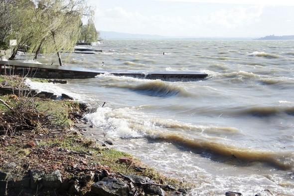 C'est le Ponant qui souffle et qui pousse les vagues à l'assaut de la rive ouest de l'Isola Maggiore.