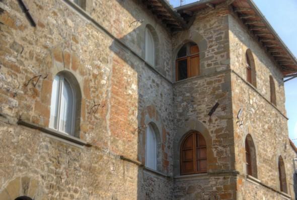 Gros plan sur le palazzo médiéval.