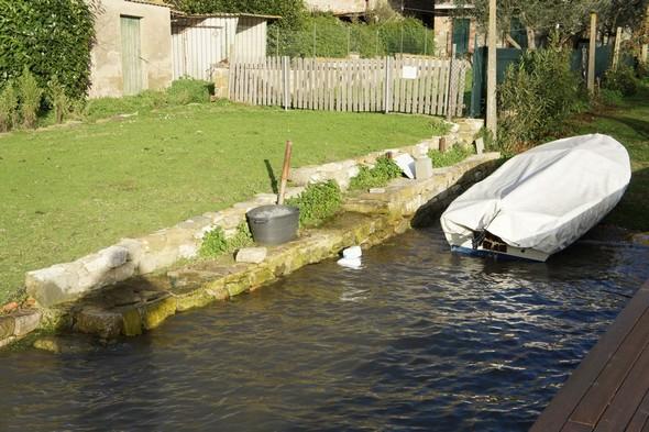 Encore une petite darse en bout de jardin où la barque du propriétaire a reconquis son abri grâce au niveau retrouvé du lac Trasimène.