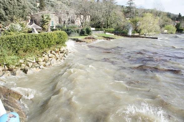 Les eaux du Trasimène brassent actuellement de nombreux dépôts divers.