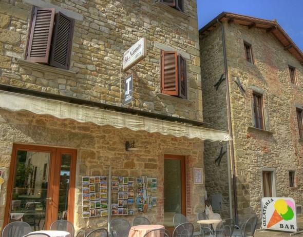 Le bar de Silvia Silvi qui fait face à l'ancestral puit public de l'Isola Maggiore.