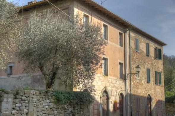 Le bâtiment de gauche est l'ancienne école de l'Isola Maggiore.