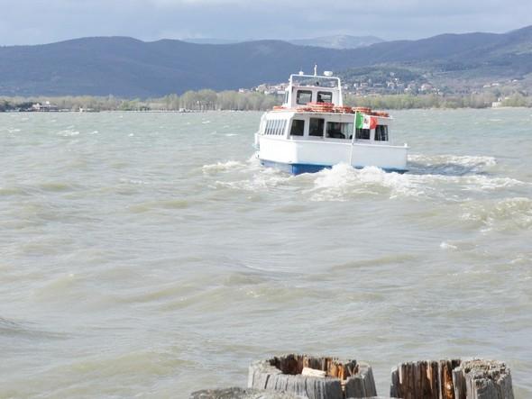 L'Agilla II s'éloigne de l'Isola Maggiore en roulant de babord à tribord, tel le Bateau Ivre d'Arthur Rimbaud.