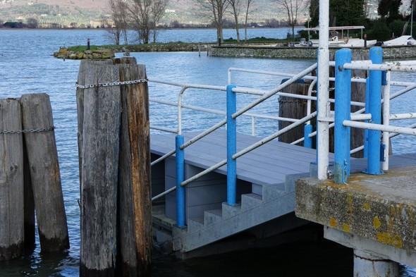 L'escalier de la passerelle a du être recouvert pour continuer à permettre l'accès au traghetto.