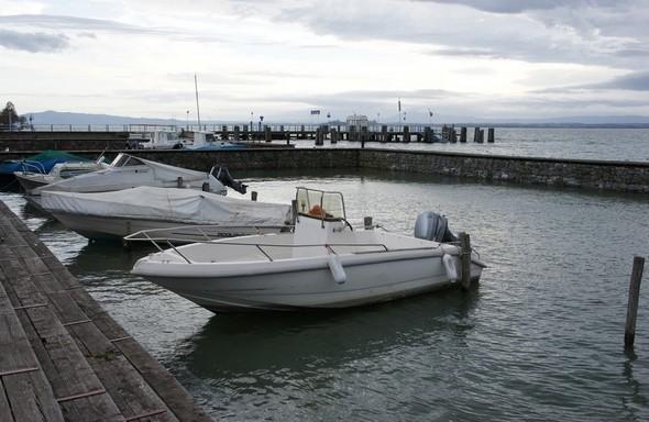 Vue générale sur les deux darses, avec le débarcadère des traghettos visible en arrière-plan.