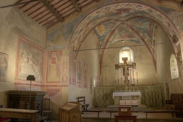 Outre le superbe point de vue vers Tuoro, on est également récompensé par les nombreuses fresques  de cette église   -   Elles s'étalent du XIII° au XVI° siècles