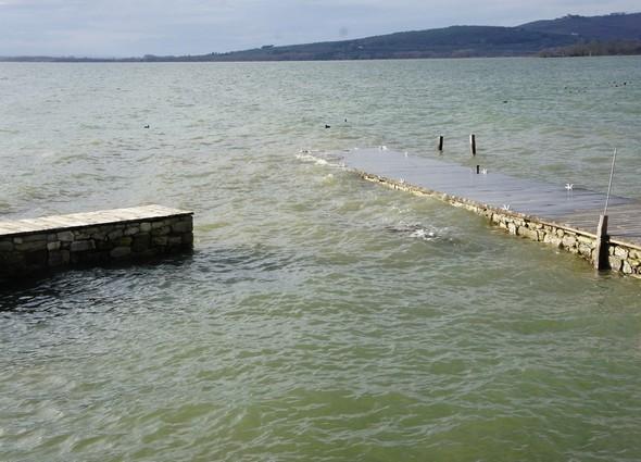L'extrémité du long débarcadère de L'Oso est manifestement sur le point d'être submergé