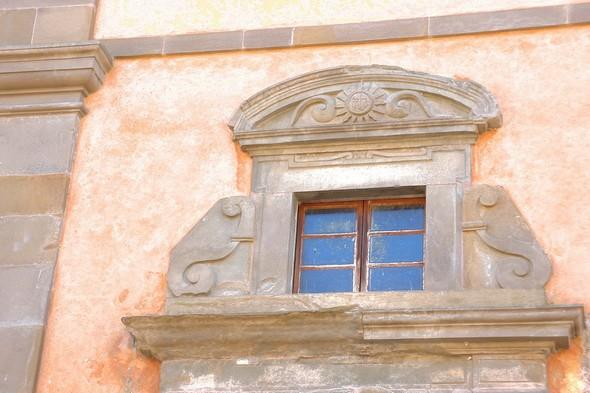 Détail de la façade avant de la chiesa Buon Gesù  -  Via Guglielmi, Isola Maggiore (lago Trasimeno)