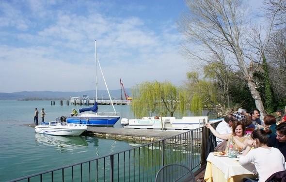 Dimanche 16 mars 2014, la terrasse de L'Oso est toute ensoleillée et comble  -   De nombreux clients sont d'ailleurs venus directement qui avec son voilier, qui avec son hors-bord.