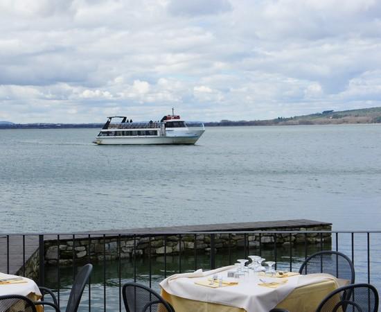 """Le restaurant """"L'Oso"""" est ouvert et, franchement optimiste, il Signore Edoardo Silvi, n'a pas hésité à préparer des tables en terrasse."""