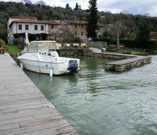 """Le restaurant """"L'OSO"""" avec sa belle terrasse vu de l'extrémité de son débarcadère privé où sont venus s'amarrer les premiers clients    -    Dimanche 23 février 2014."""