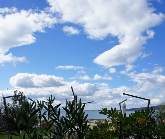 """Un beau ciel bleu parsemé de quelques nuages inoffensifs, avec un soleil souvent vainqueur. Les """"potences"""" de """"L'Oso"""" n'attendent plus que leurs parasols..."""