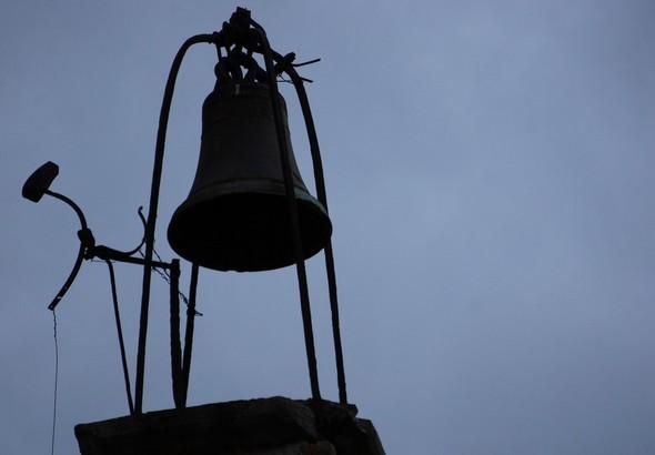 Au sommet de cet édifice, la cloche et son marteau...