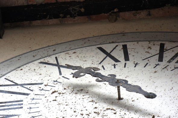 "Détail de l'ancienne horloge qui décore le fronton de la ""Casa del Capitano del Popolo""."
