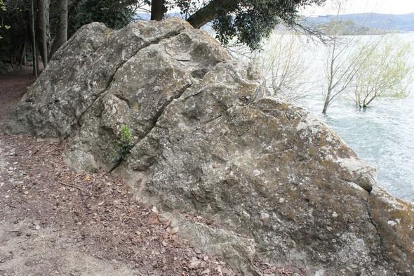 Le rocher où saint François a prié au lieu de son accostage à l'Isola Maggiore.