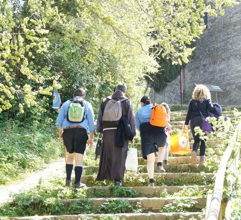 Les chefs et quelques jeunes scouts prennent à pied la direction de la chiesa di San Michele San Arcangelo.