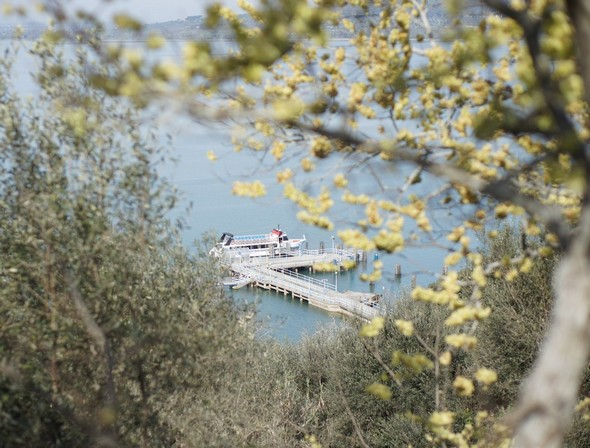Depuis le dernier tiers de la strada di San Salvatore, vue sur le débardadère de l'Isola Maggiore.