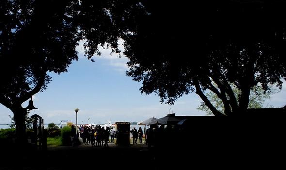 Traghetto après traghetto, le flot ininterrompu de visiteurs débarque piazzetta San Francesco à l'Isola Maggiore