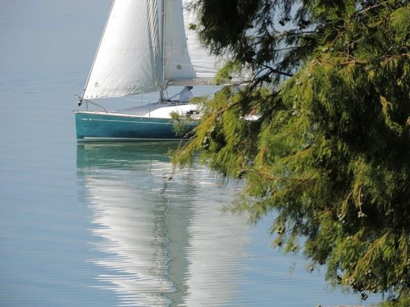 Juste devant chez nous, défile lentement un voilier et son reflet - 9/09/2012.