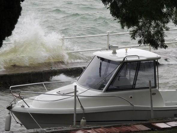 Avec le Ponant, vent d'Ouest, les vagues sont jetées à l'assaut de la jetée de notre darse privée.