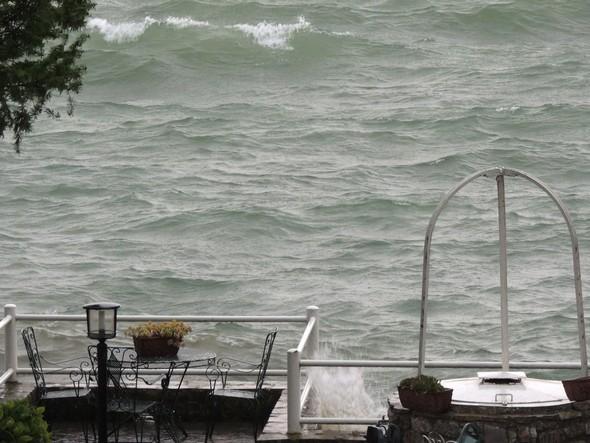 Immédiatement les vagues prirent la direction de notre jardin...