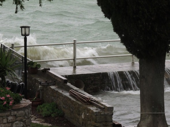 Les vagues n'épargnent pas la moitié encore émergente de notre débarcadère devenu impraticable.