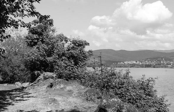 A la fin du segment étroit, une large ouverture avec une vue sur le Trasimène, puis Tuoro à l'arrière-plan.