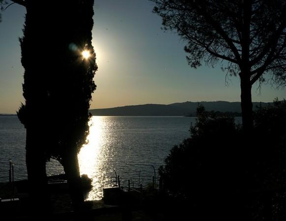 Dernier regard - Coucher de soleil au-dessus de la Punta Navaccia (lac Trasimène) - 9/06/2014,  19:48.