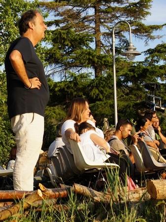 Sergi Piazzoli dirigendo le operazioni per Sunset Music nello 21 giulio 2012, alla darsena di Isola Maggiore..