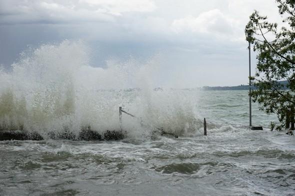 C'est un véritable mur d'eau qui se dresse par moment au-dessus de la digue de notre darsena privée - 14/07/2014  -