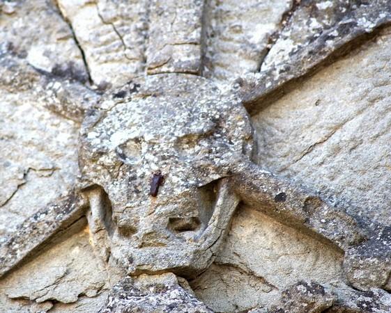 Tête de mort qui décore le fronton de l'église della Buona Morte.