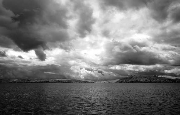 Un ciel tourmenté, menaçant au-dessus des Isola Maggiore et Minore   -   Mercredi 30 juillet 2014,  11:00.