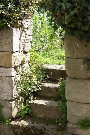 Du côté opposé au lac, nombreux sont les accès en pierre vers de petits potagers, localisation d'anciennes maisons aujourd'hui disparues...