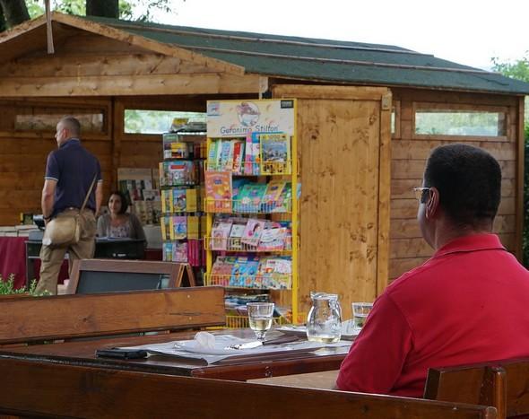 Alla piazzetta San Francesco, un piccolo chalet dove si vende libri...