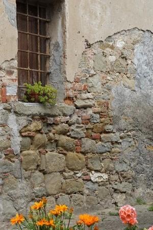 La vétusté des murs de nombreuses maisons est franchement flagrante et... parfois leur est consternant !