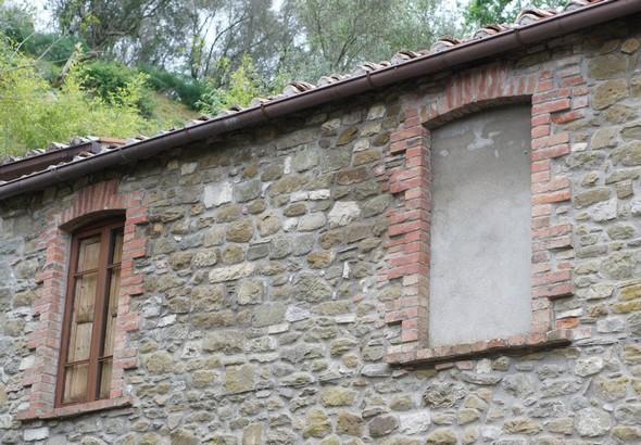 Vous remarquerez qu'en différents endroits, des portes ou des fenêtres ont été occultées...