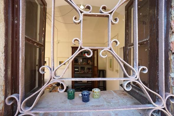 Nella via Guglielmi, una finestra aperta lascia  già vedere uno dei vecchi armadi pieni di libri.