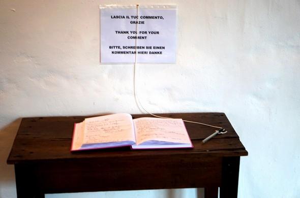 Au premier étage du Centre de visite, un livre d'or est mis à disposition des visiteurs   -    Al primo piano del Centro di Visite, c'è un registro degli ospiti
