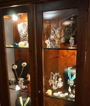 Au Musée du Merletto, la vitrine d'exposition de pièces uniques de joaillerie crées par Graziella Bennati.