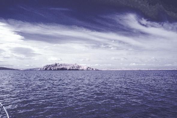 L(Isola Maggiore vue à distance lors d'une traversée Tuoro-Isola Maggiore,  12/07/2014.