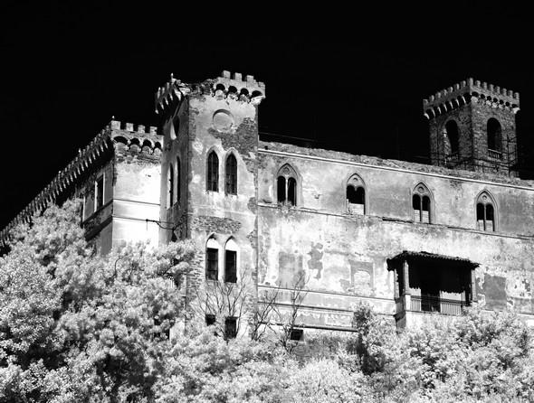 Autre vue générale de la partie néo-gothique de la façade Est   -   En haut, à droite, le campanile de l'ancienne église San Francesco, intégrée désormais au château.