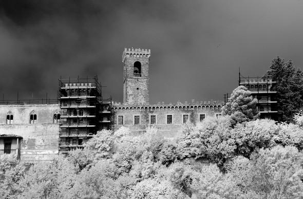 Seuls les deux échafaudages de protection des tours témoigenent encore des travaux de consolidation arrêtés en 2009.