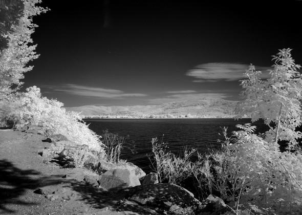 Au début du sentier du lungolago, une belle vue sur le lac Trasimène, et en arrière-plan, Tuoro-sul-Trasimeno.